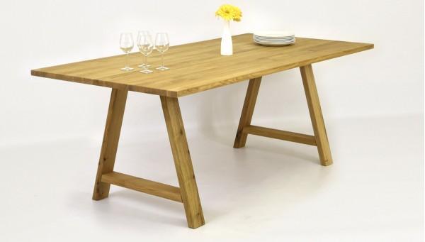 Kárované židle a ořechový stůl